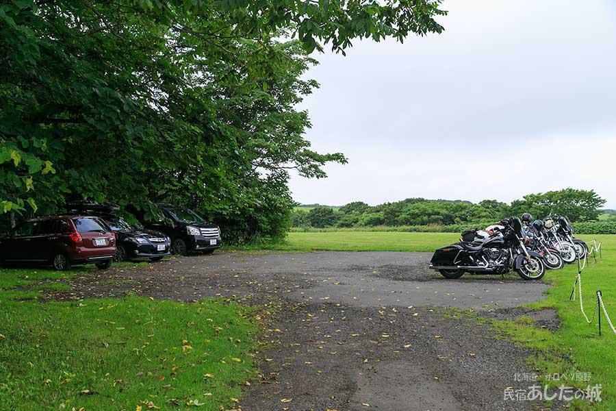 私道を上がってきた先に駐車場があります
