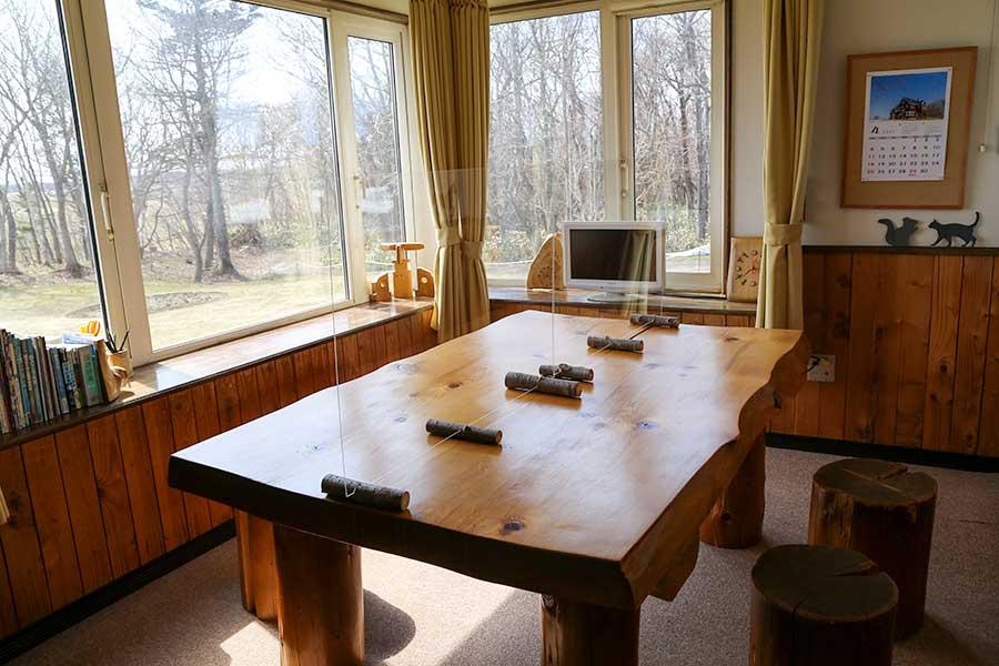 居間のテーブルに透明アクリル板を設置