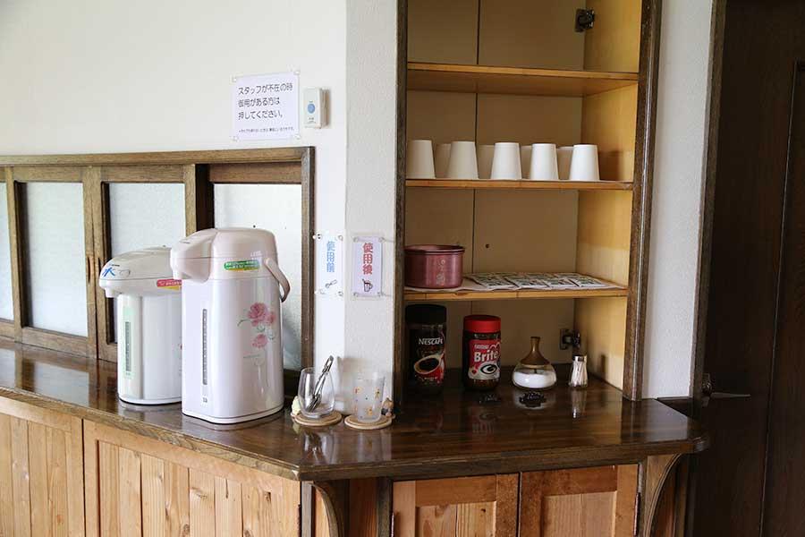 お茶やコーヒーのセルフコーナー