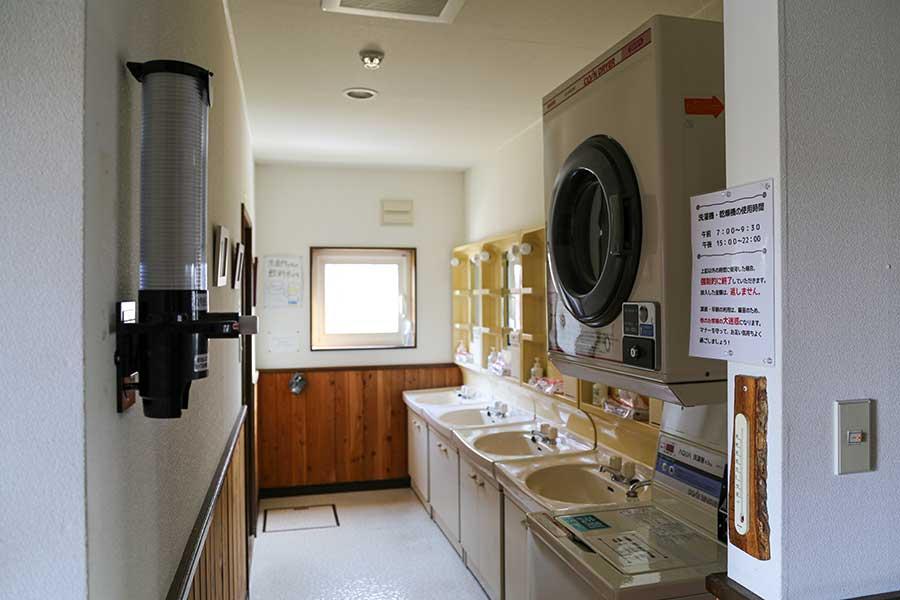 コインランドリーと洗面所