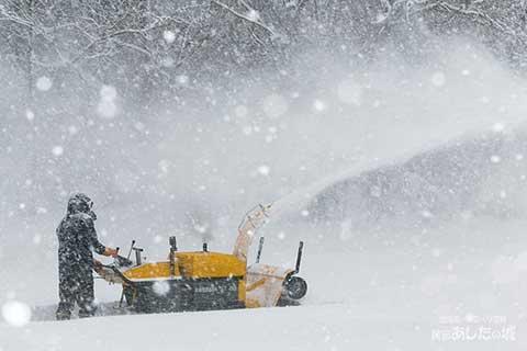 私道の除雪をする宿主