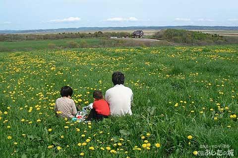 宿が見える丘へ家族でピクニック
