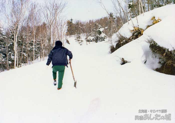 除雪されていない私道を10分歩く