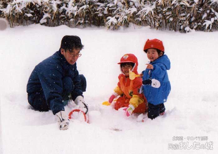 お父さんと雪遊び