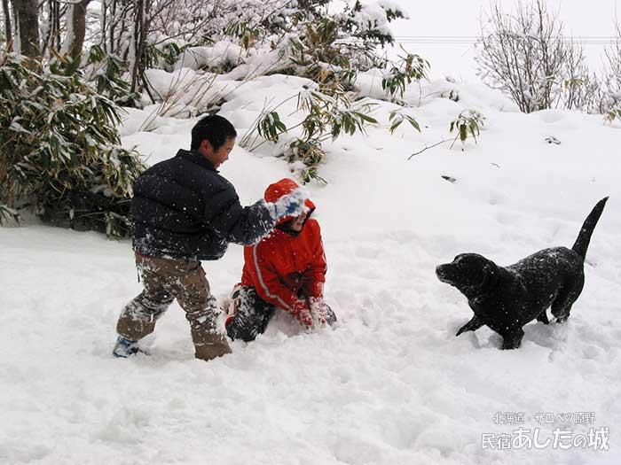 のんた君と雪遊びする子供たち