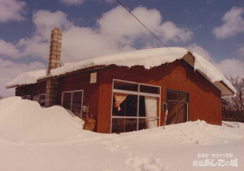 雪に埋もれた初代あしたの城建物