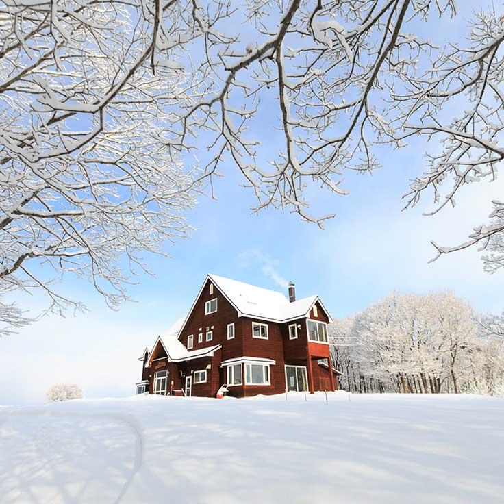 雪景色の中の民宿あしたの城