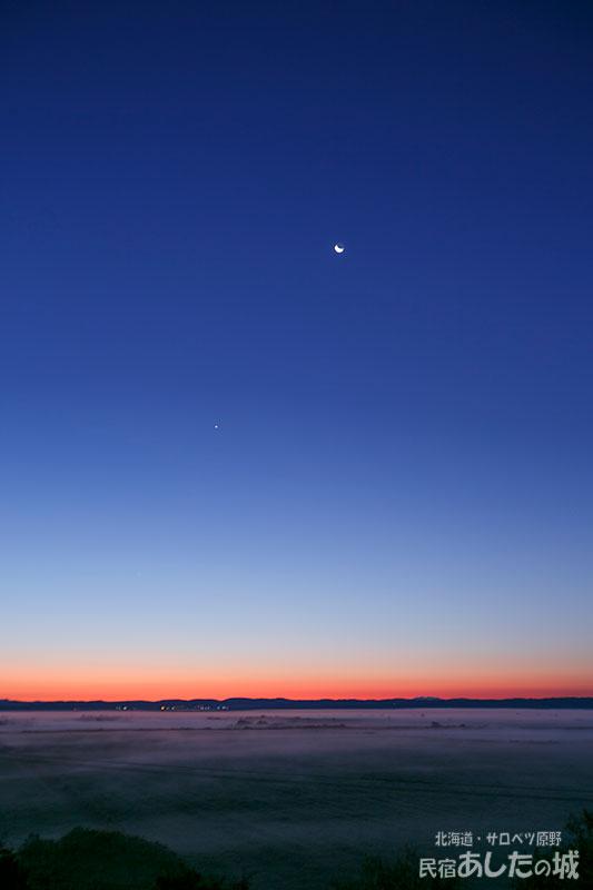 2017年9月17日、夜明け前の月と金星