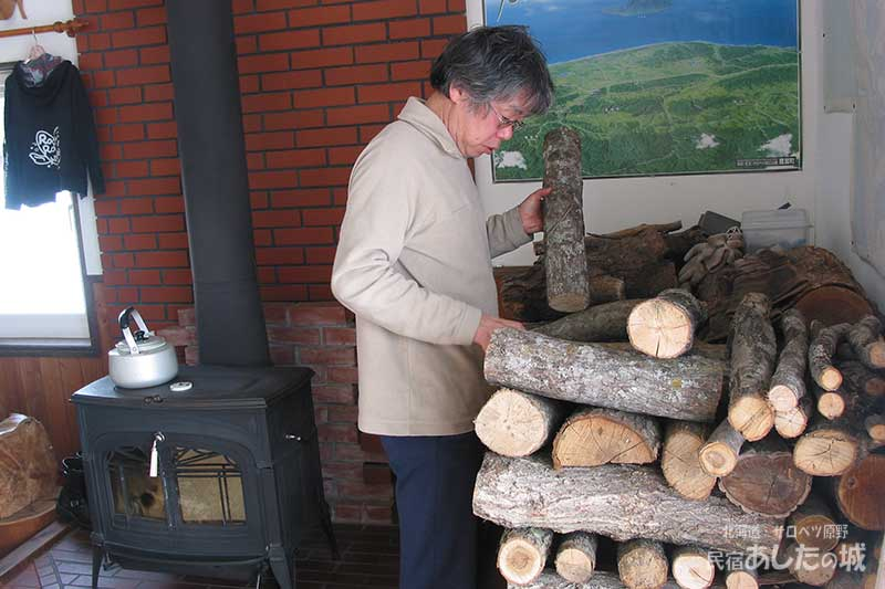 薪をくべようとする宿主