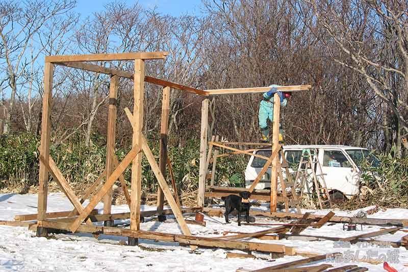 02柱を建て始める | 廃材で作る物置小屋
