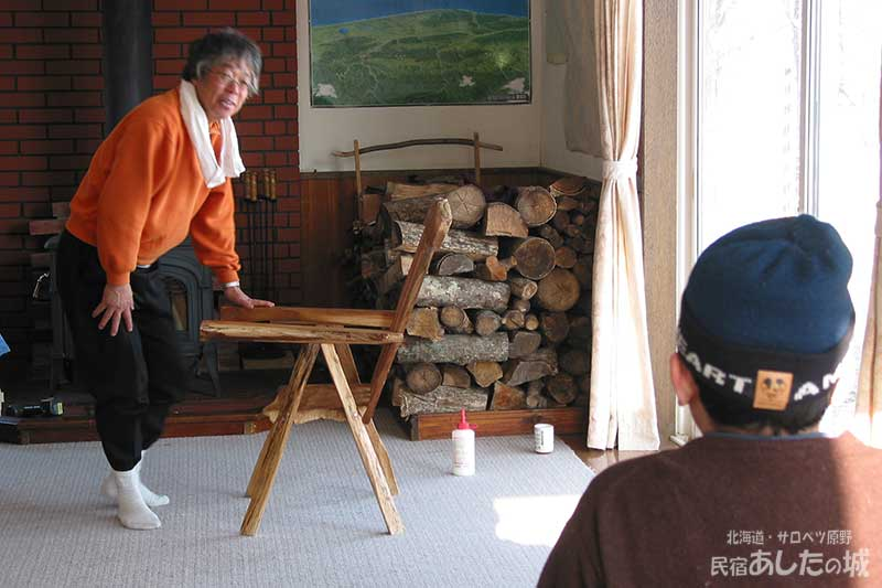 椅子を売り込む宿主