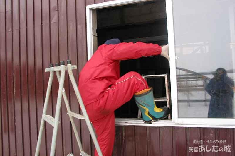 12窓から出入りする | 廃材で作る物置小屋