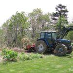 トラクターで笹を掘る