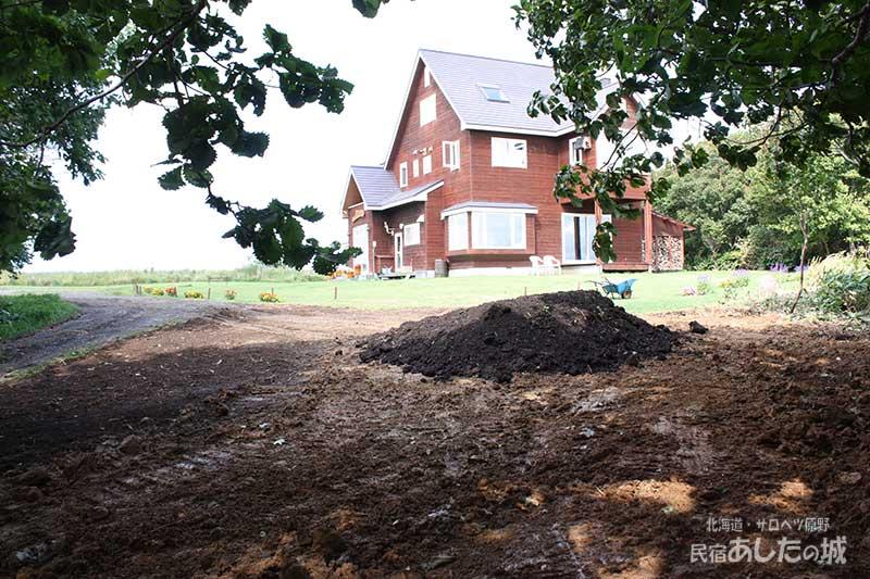 窪地に入れた土と堆肥
