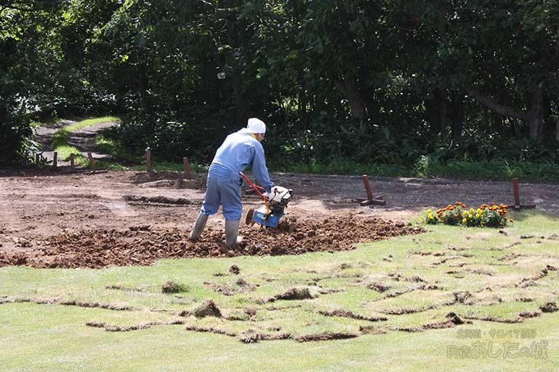 土と堆肥を混ぜる