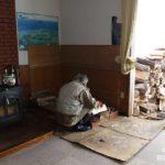 部屋に2週間分ぐらいの薪を積む