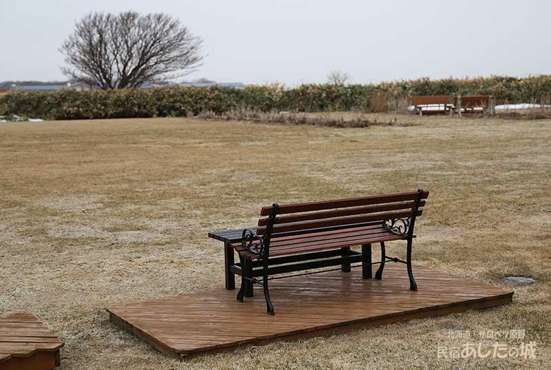 庭に出したベンチ