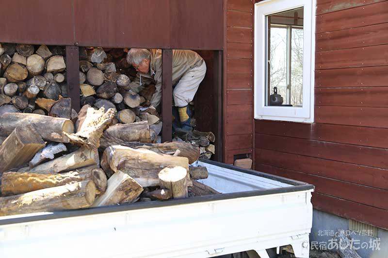 淡々と薪を積む