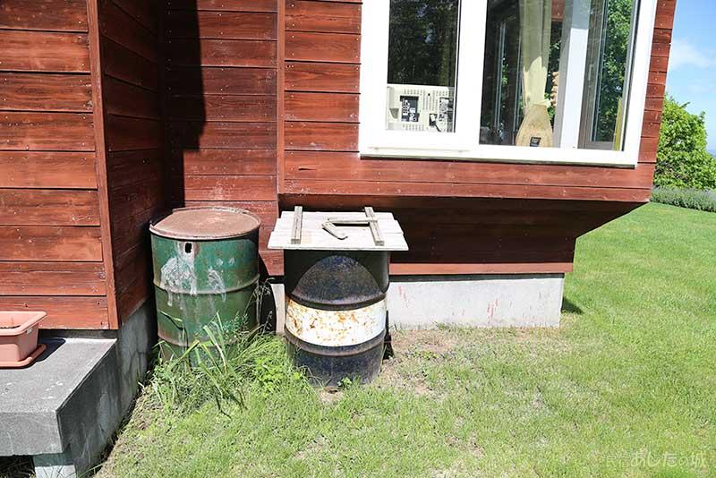 スズメが営巣していたドラム缶