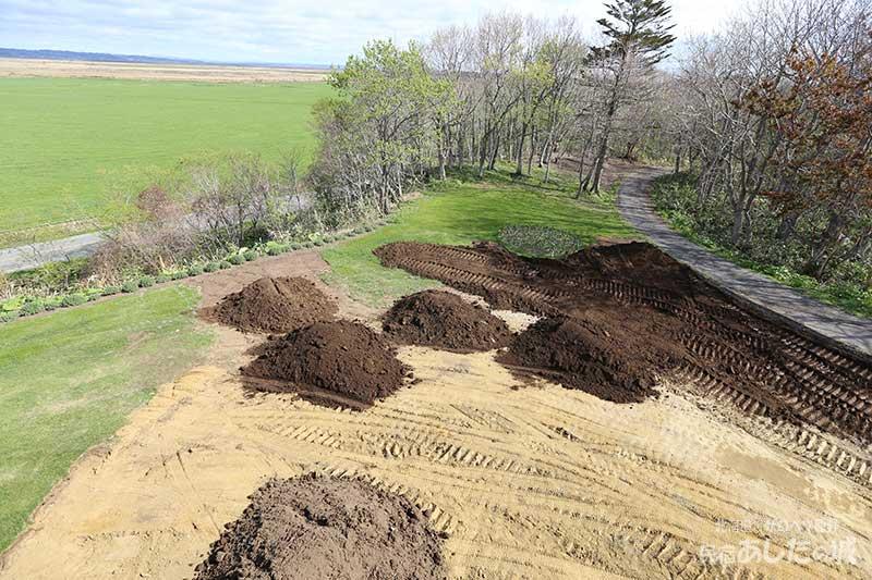 裏庭から土を運ぶ