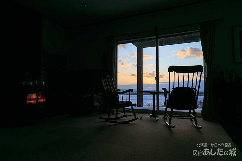 居間から眺めるサロベツの夜明け前