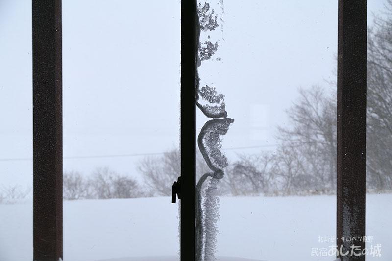 窓についた雪でした