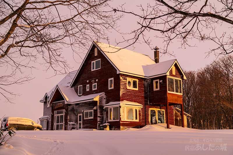 窓や壁には雪が