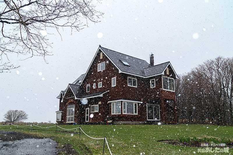 雪がちらつく
