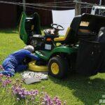 乗用芝刈り機の様子を見る