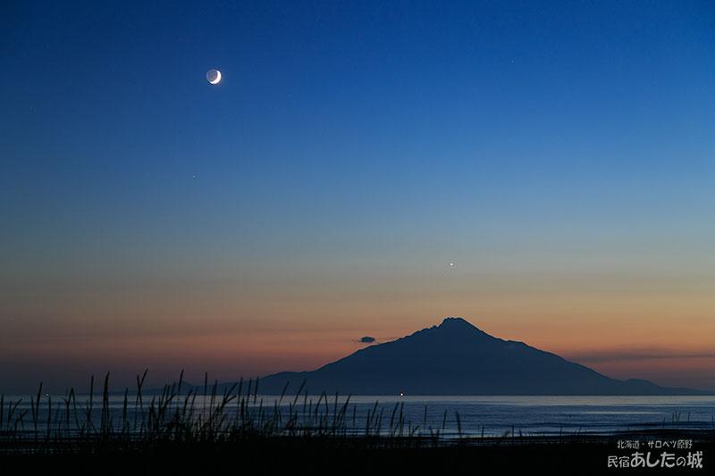 月齢3.1の月と金星と利尻