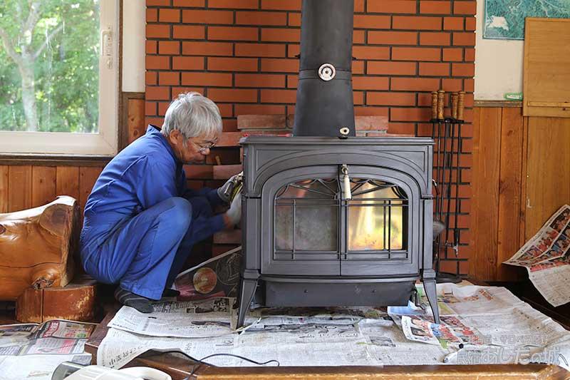 薪ストーブを磨く