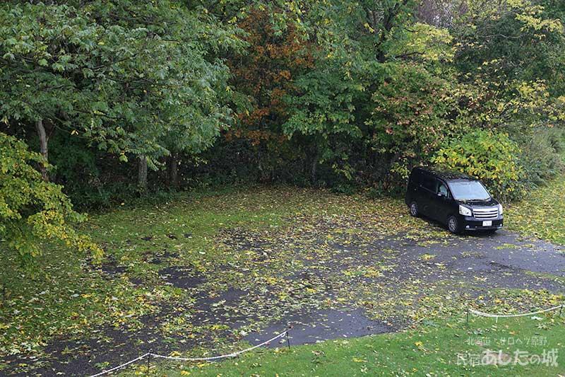 落ち葉だらけの駐車場